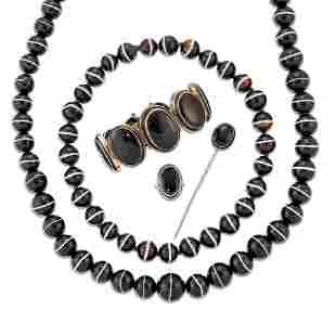 A GROUP OF VICTORIAN BANDED AGATE JEWELLERY,