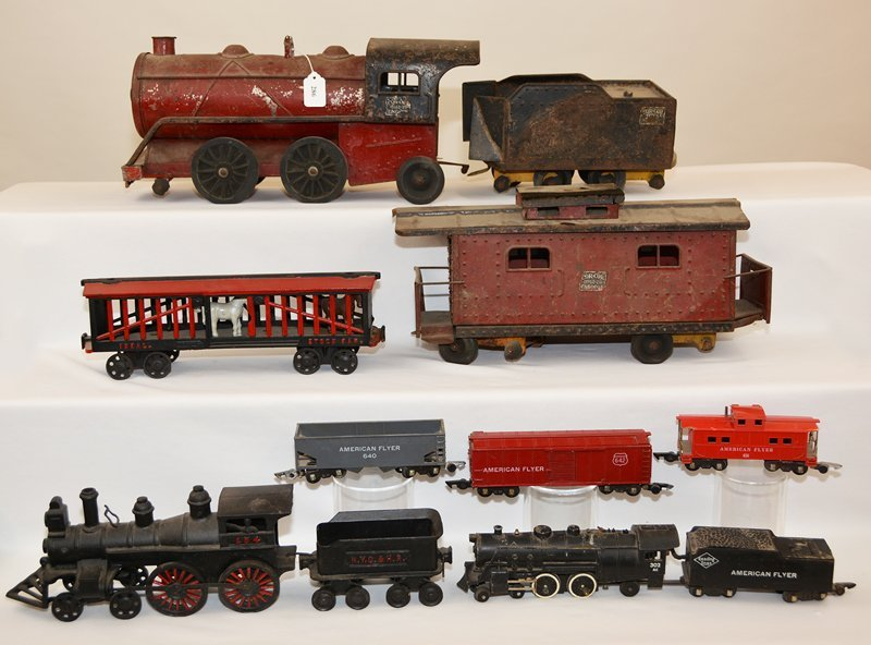 (9) ASSORTED TRAIN CARS AND RELATED ITEMS