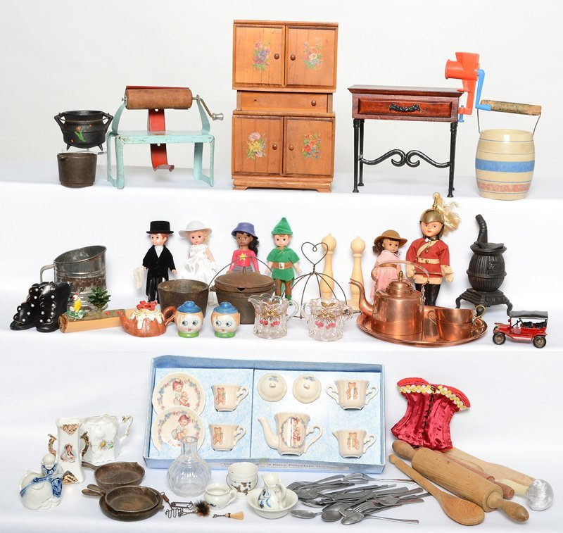 LARGE ASSORTMENT OF CHILDREN'S AND DOLL ITEMS