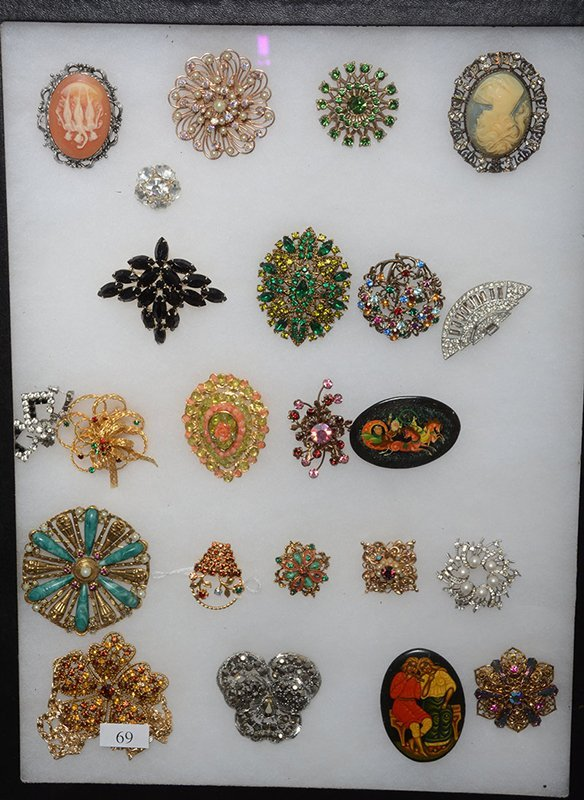 COLLECTION OF ANTIQUE AND COSTUME JEWELRY ORNATE