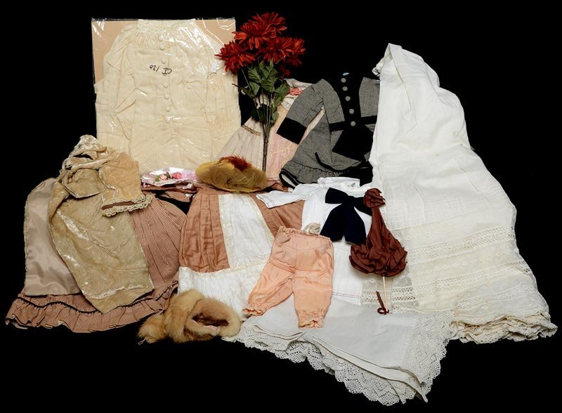 ASSORTMENT OF ANTIQUE LINENS AND DOLL DRESSES