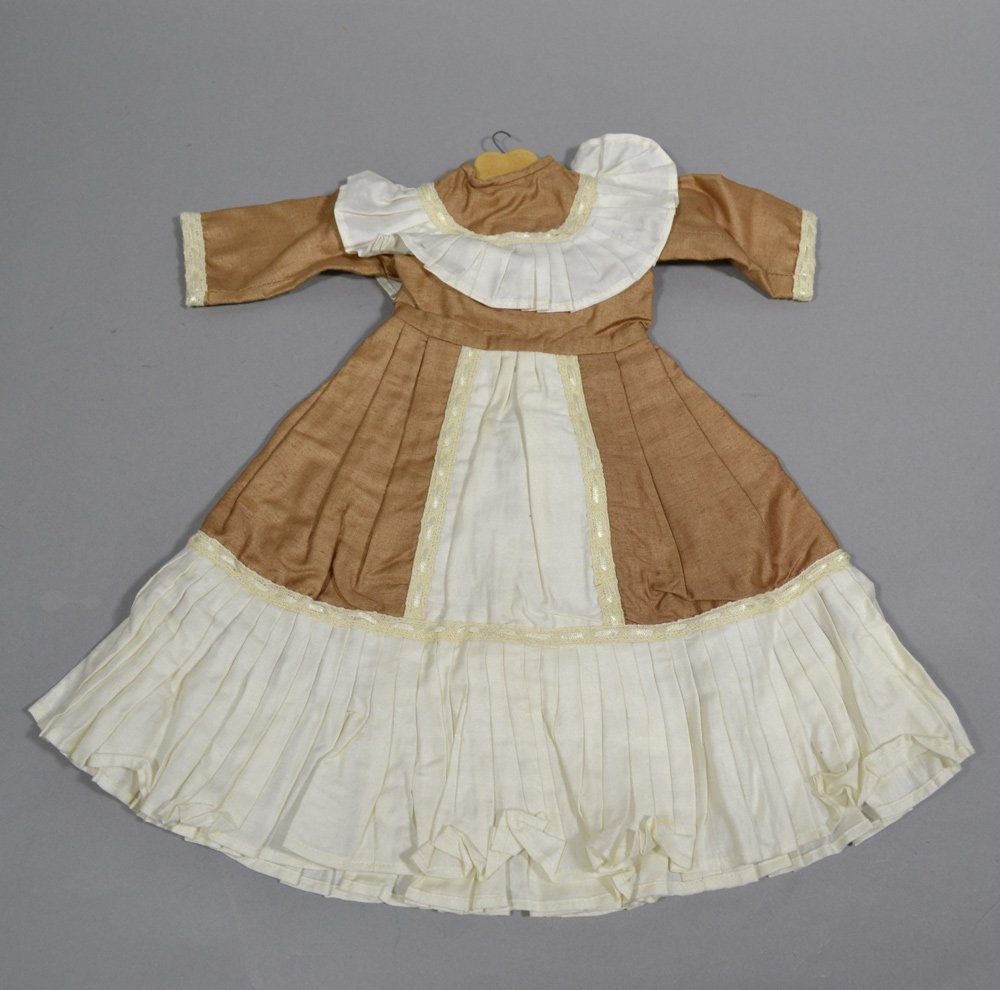 ASSORTMENT OF ANTIQUE LINENS AND DOLL DRESSES - 3