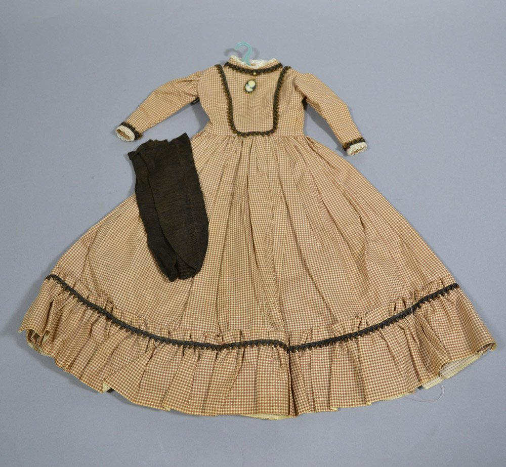 ASSORTMENT OF ANTIQUE LINENS AND DOLL DRESSES - 5