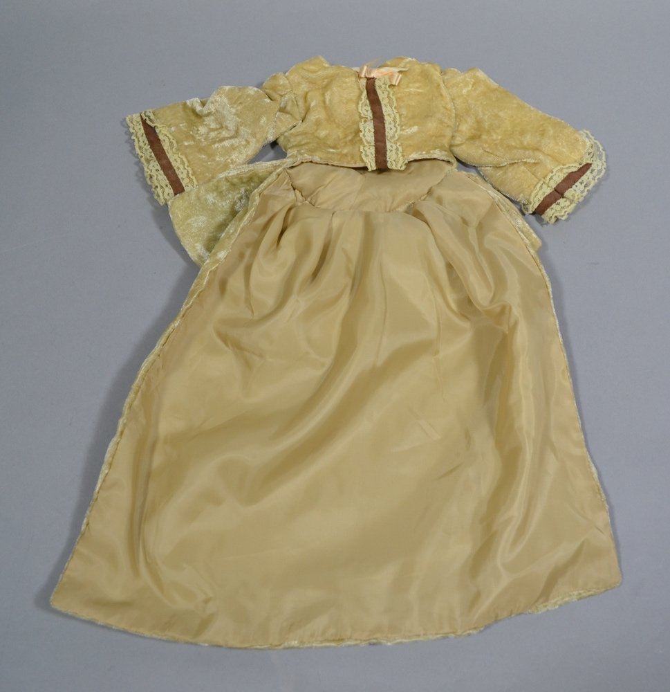 ASSORTMENT OF ANTIQUE LINENS AND DOLL DRESSES - 6