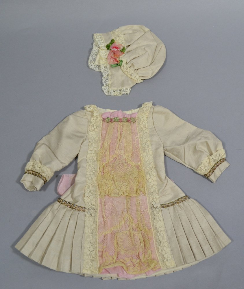 ASSORTMENT OF ANTIQUE LINENS AND DOLL DRESSES - 7