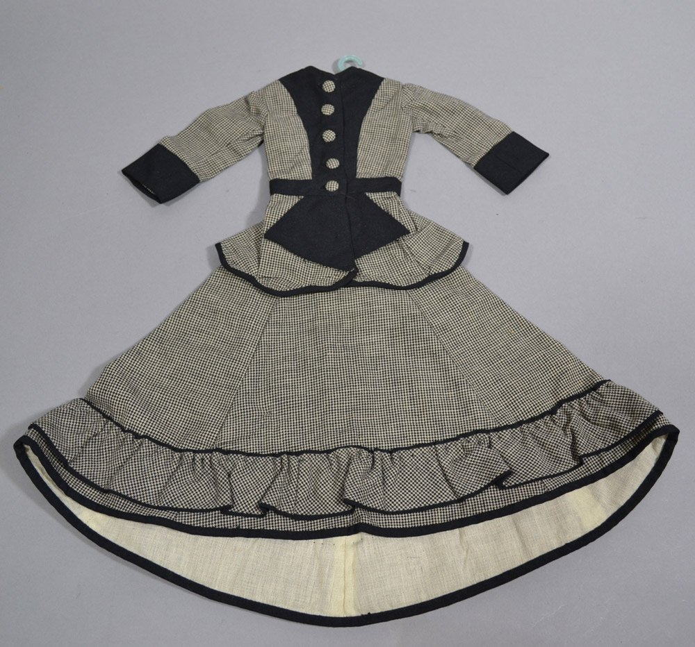 ASSORTMENT OF ANTIQUE LINENS AND DOLL DRESSES - 8