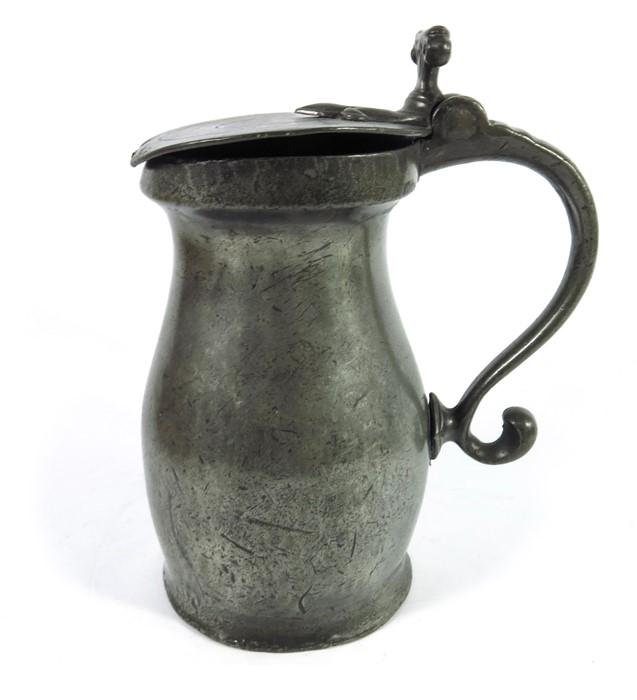 An 18th century pewter measure, lidded, with flat lid