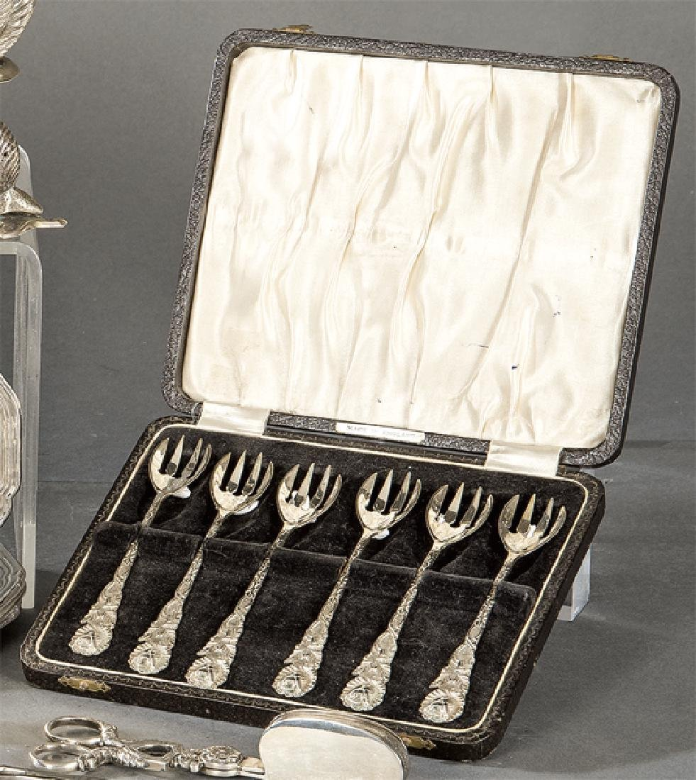 Case with six oyster forks made of sterling silver with