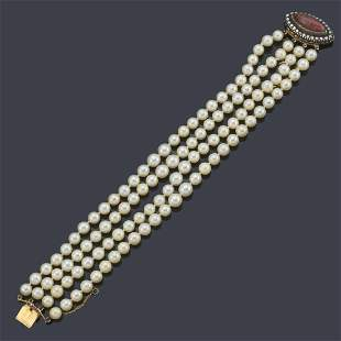 Bracelet with four strands of pearls with an 18K yellow