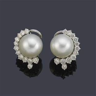 Short earrings with a pair of Australian pearls of