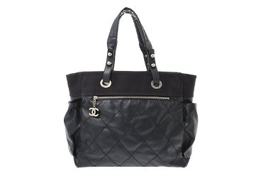 A BLACK CHANEL LEATHER BAG.