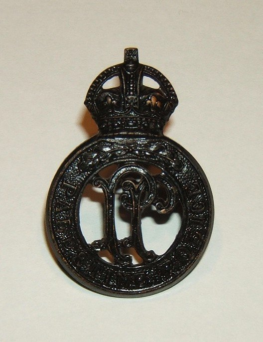 Black light-weight prong-backed cap badge of Palestine