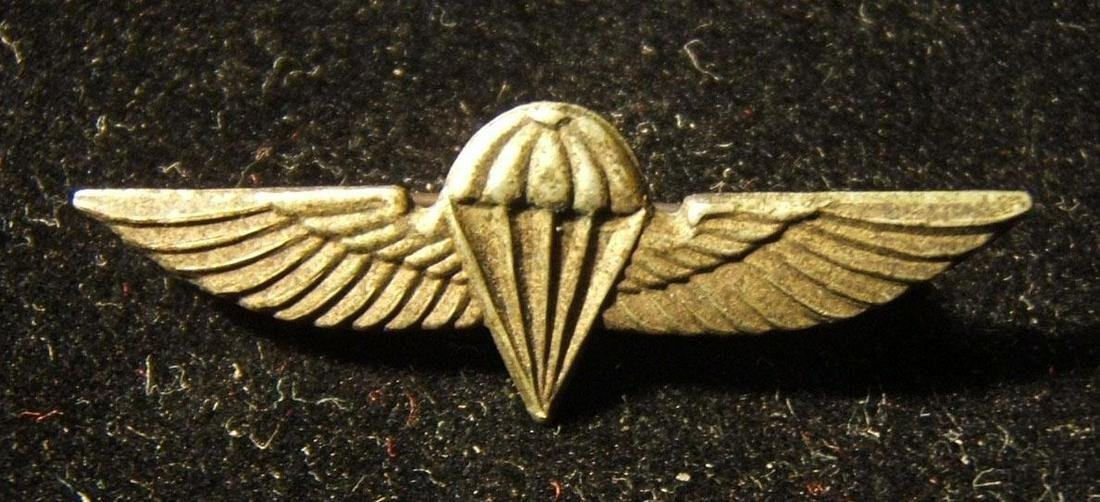 Small tunic emblem of Israeli Army/IDF paratroop corps,