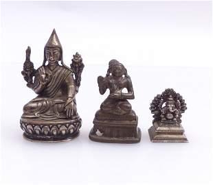 Drei Miniaturfiguren thronender, asiatischer