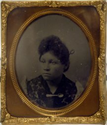 1531: D625 - SEATED YOUNG AFRICAN-AMERICAN WOMAN WITH S