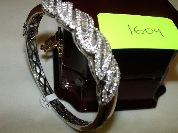 1609: Lady's White Gold Diamond Hinged/Clip-On Bracelet