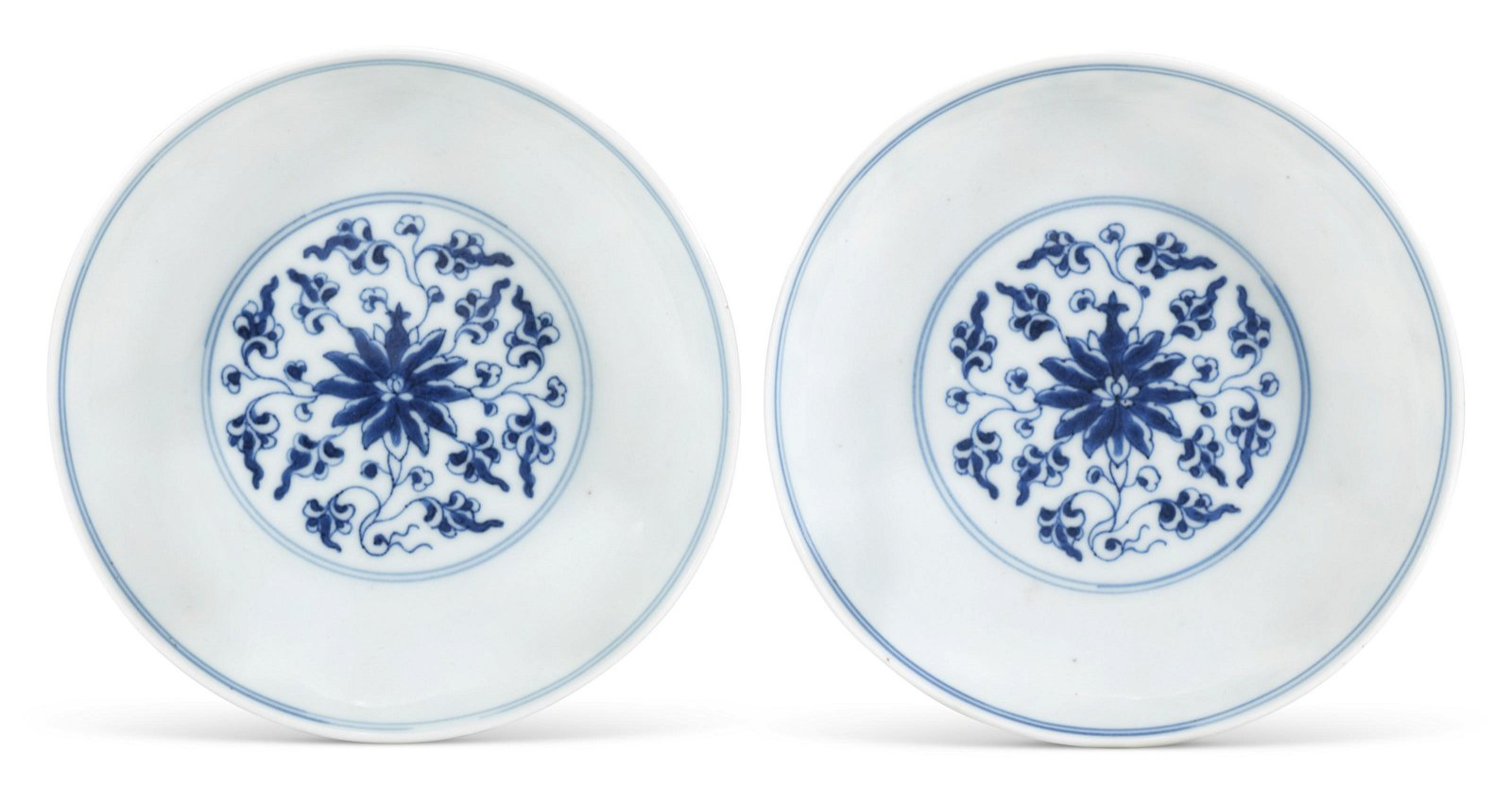 A PAIR OF BLUE AND WHITE 'LOTUS' DISHES