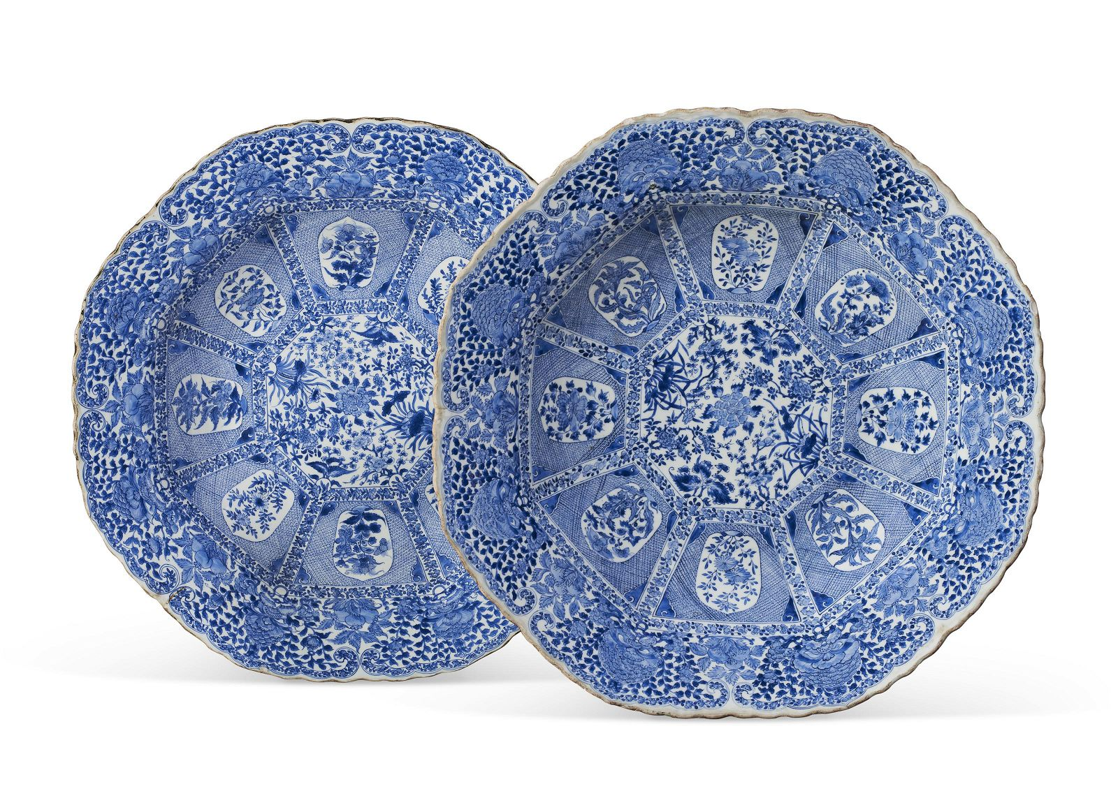 A LARGE PAIR OF CHINESE EXPORT BLUE AND WHITE DISHES