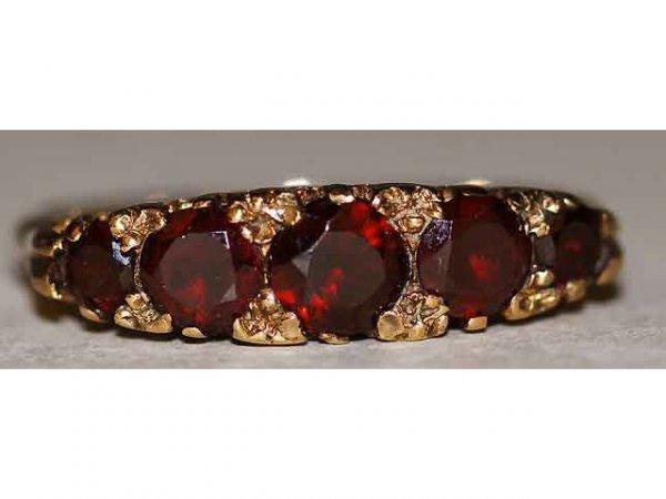322: 14kt Gold Graduated Garnet Ladys Ring