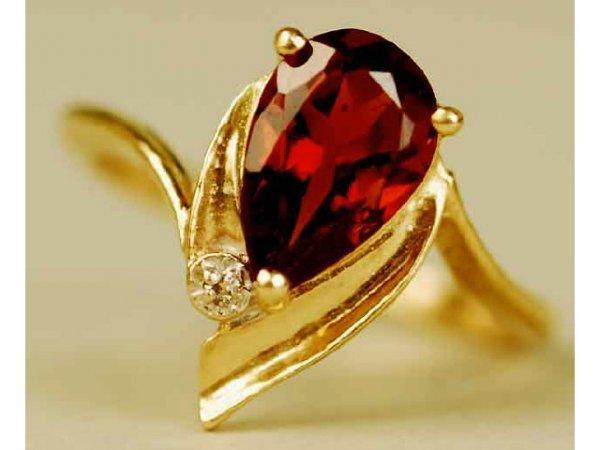 323: 14kt Gold Garnet & Diamond Ladys Ring