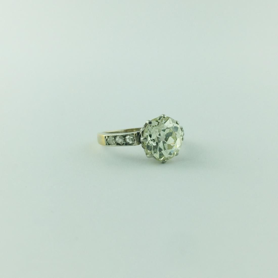 Solitaire ring in 18 K white and yellow gold with