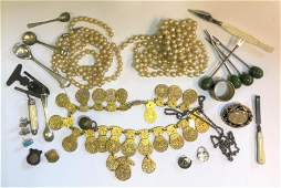 A small collection of mixed jewellery items