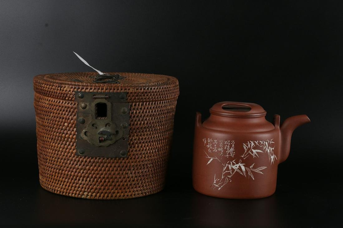 A CHINESE YIXING CLAY TEAPOT WITH ORIGIN BOX,