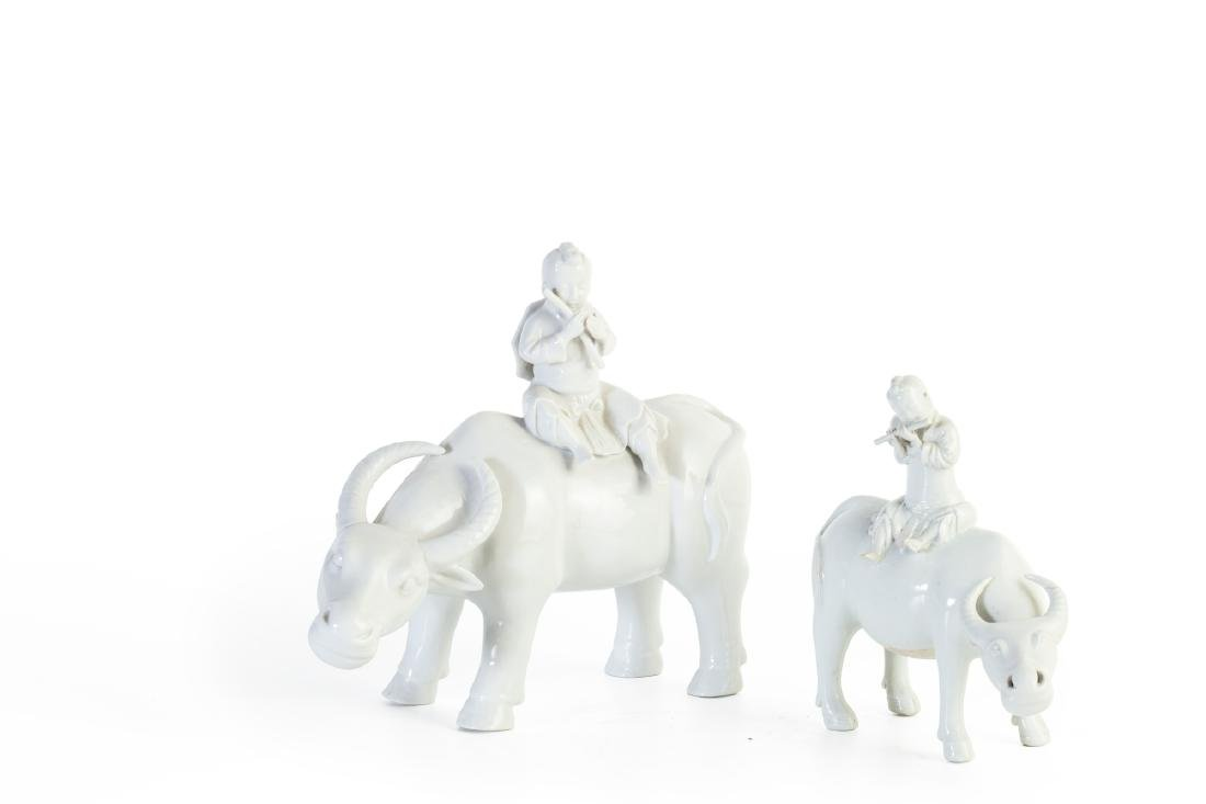 Gruppo di tre sculture in Blanc de Chine una figura - 2