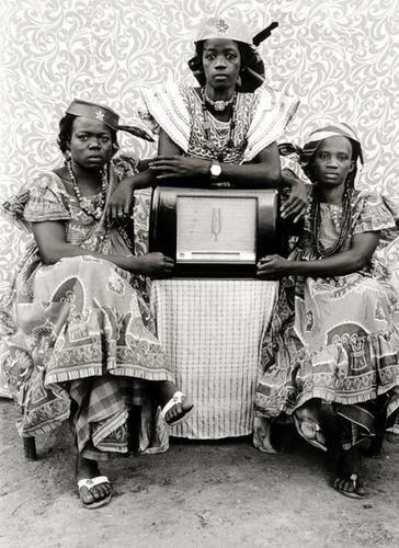 77: Seydou Keita (1921-2001) Trois femmes 1949-1951