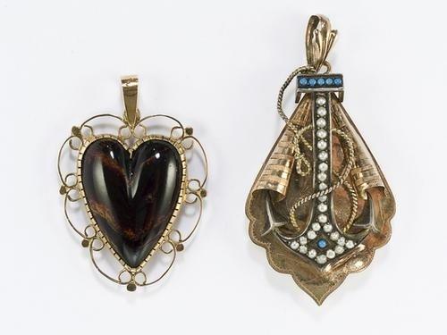 14: Due pendenti in oro
