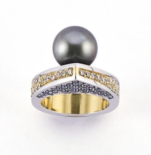 4: Anello in oro due colori specchiato 18 kt con perl