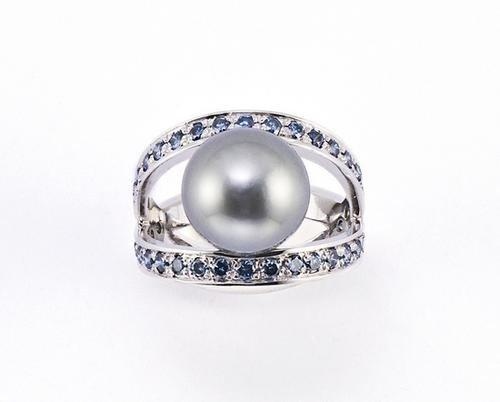 5: Anello in oro bianco 18 kt con perla Tahiti centra