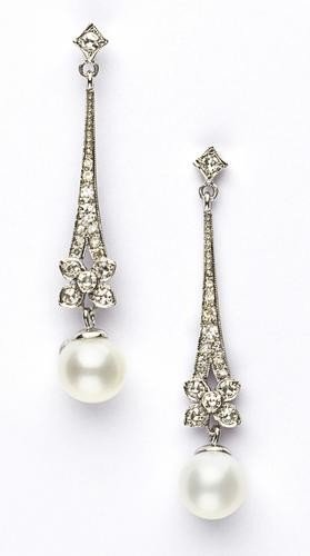 6: Orecchini pendenti in oro bianco  con diamanti tag