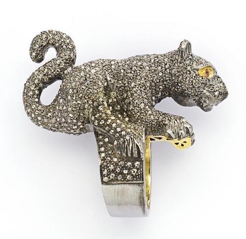 23: Anello a forma di tigre in argento con diamanti ta