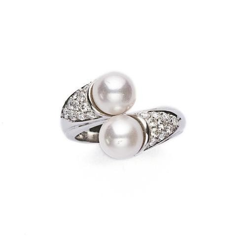 4: Anello contrariè in oro bianco con perle e brillan
