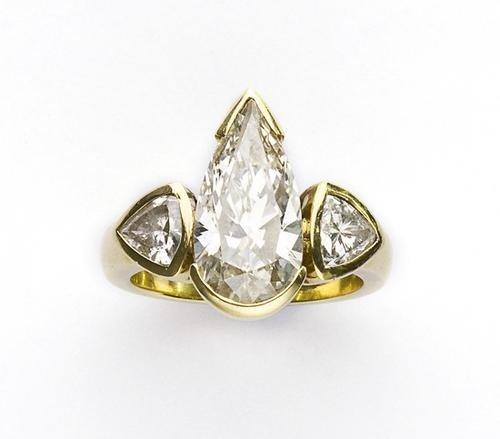 19: Anello in oro giallo con diamante taglio goccia