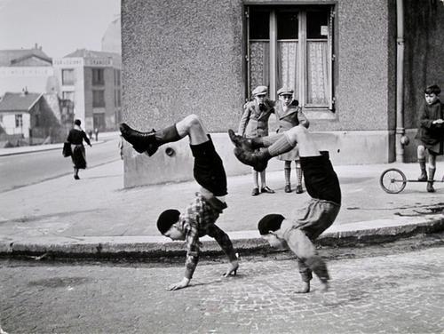 363: Robert Doisneau (1912-1994) Les deux frères, ca. 1