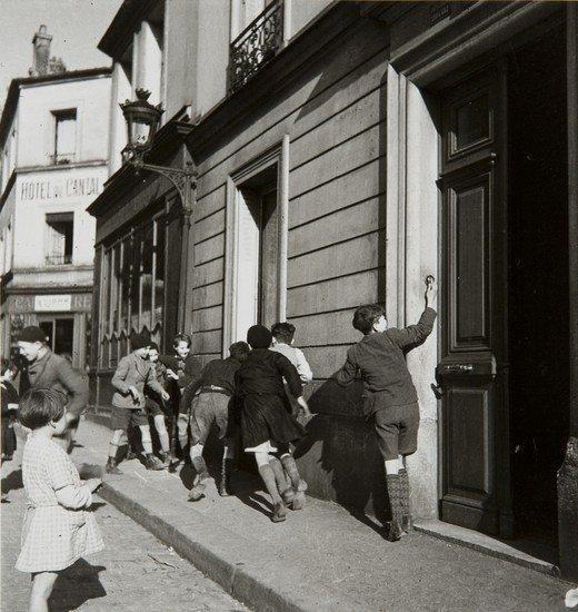 389: Robert Doisneau (1912-1994) La sonnette, 1934