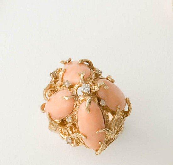 14: Anello in oro basso titolo con spole di corallo