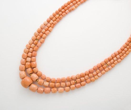 4: Tre collane in corallo rosa