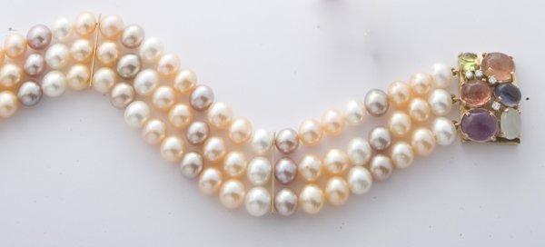 8: Bracciale composto da tre fili di perle naturali col