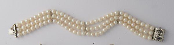 15: Bracciale realizato con tre fili di perle