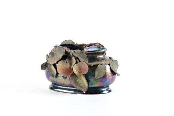 Vaso ovale in ceramica lustrata, con applicazioni di f