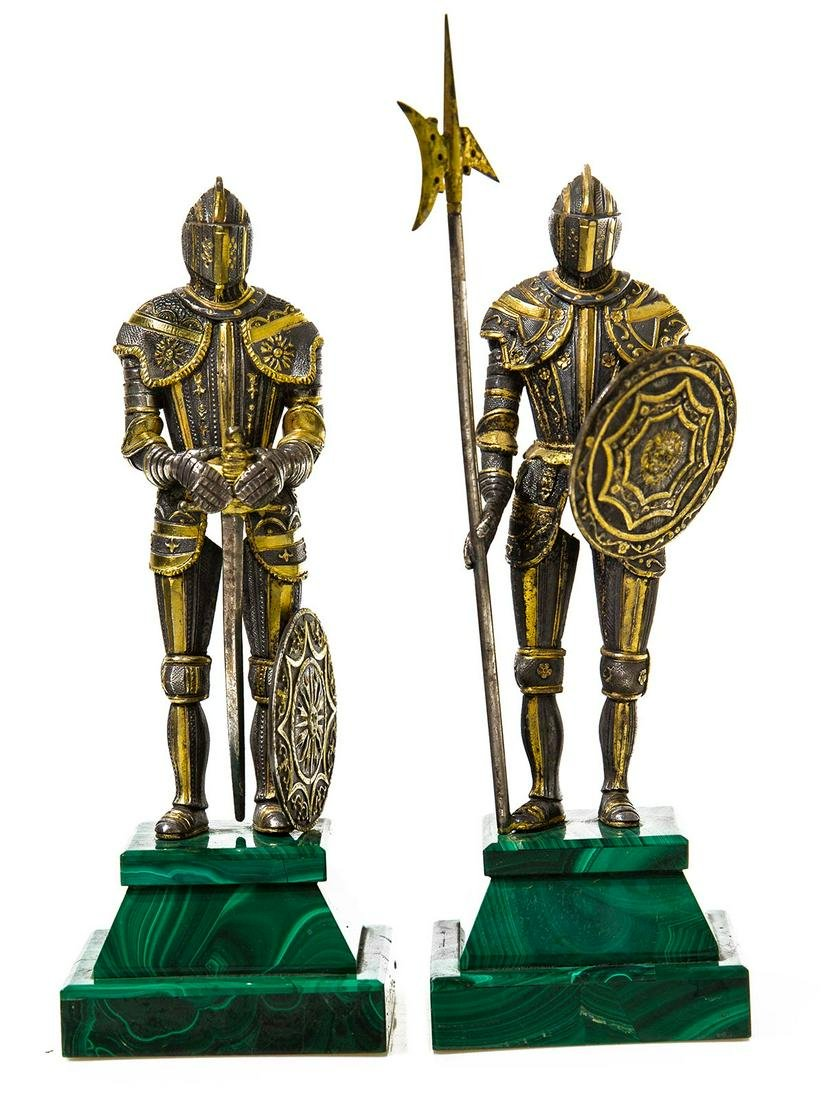 2 statuettes representing 2 warriors wearing the armor.