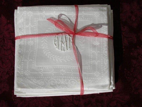 1029: Set of 10 white linen Damask napkins and monogram