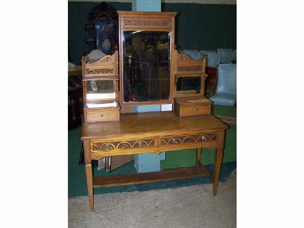 820: Victorian Elmwood English Vanity