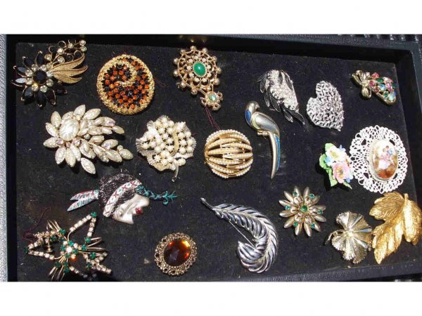 710A: Lot of 19 Assorted Vintage Costume Jewelry Items