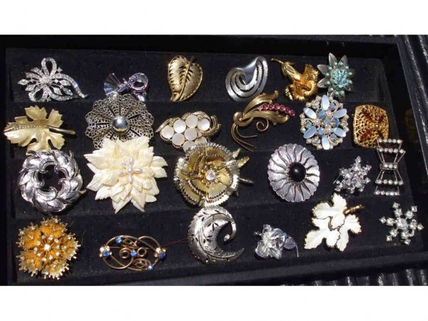 712A: 24 Assorted Costume Jewelry Pins
