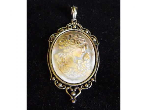 711: MOP Collectible Press Carved Cameo