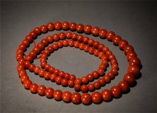 AN AGATE BEADED NECKLACE
